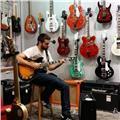 Soy profesor de guitarra con más de 5 años de experiencia en clases presenciales como online, en clases individuales o en grupo. me adapto siempre a los conocimientos y gustos de mi alumnado, tratando hacer del aprendizaje tu pasión