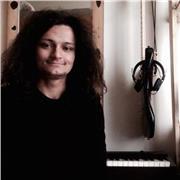 Musicien professeur cool et expérimenté donne des cours de piano