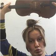 Violoniste étudiante au pôle supérieur de musique donne cours de violon