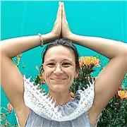 Yoga pour tous. Avec sourire pour le plaisirs