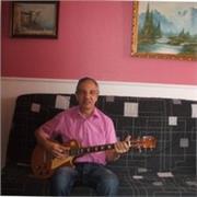 Enseignant donne cours de guitare