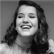 Jeune chanteuse offre un apprentissage au base du chant pour personne débutantes ou ayant un niveau intermédiaire sur Nantes ou en visio